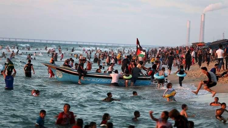 إغلاق شواطئ غزة بالكامل لضخ مياه الصرف الصحي إلى البحر