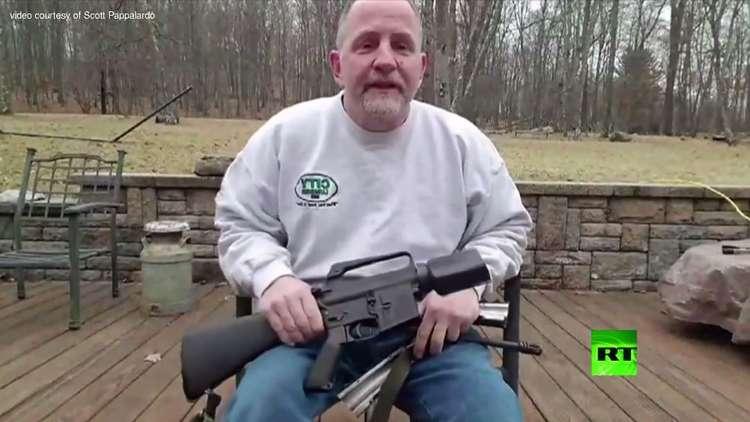 مواطنون أمريكيون يدمرون أسلحتهم الفردية