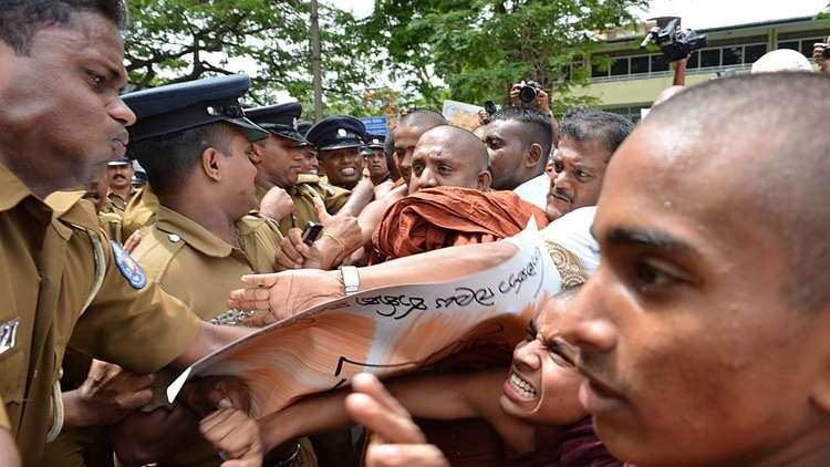 تدمير مسجد في هجوم لبوذيين شرقي سريلانكا (صور)