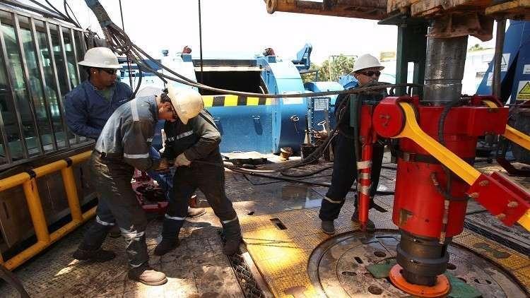 النفط يبدد مكاسبه مع زيادة الإنتاج الأمريكي