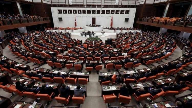 البرلمان التركي يسقط تفويض نائبين من حزب مؤيد للأكراد