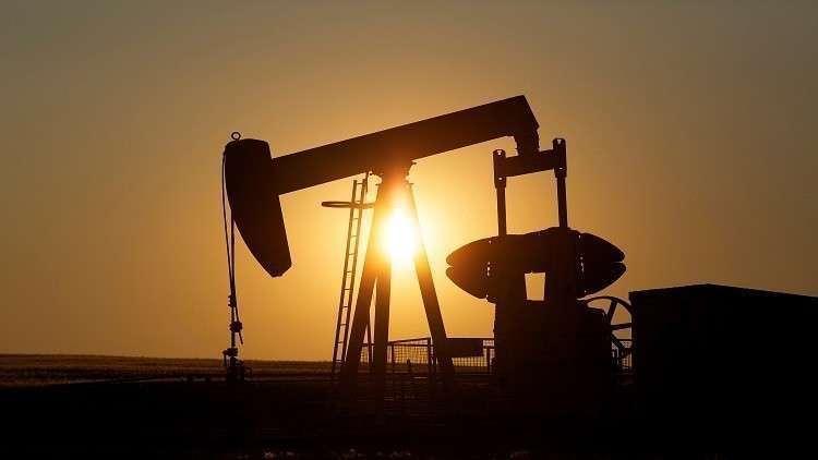 أسعار النفط تتراجع بفعل بيانات اقتصادية ضعيفة