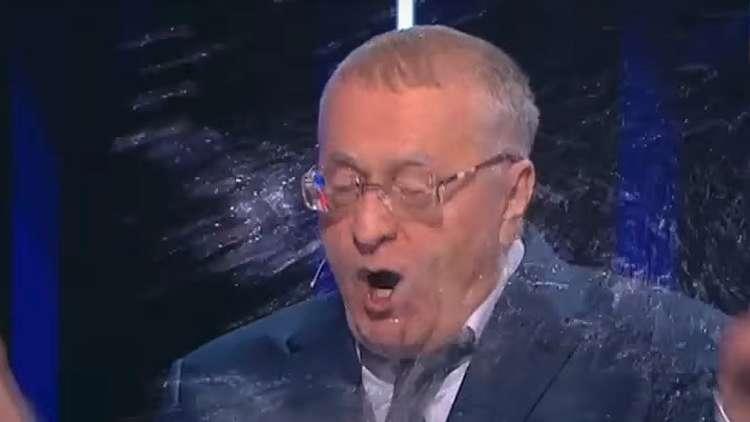 المرشحة للرئاسة الروسية كسينيا سوبتشاك ترشق منافسه زعيم الحزب الليبرالي الديمقراطي، فلاديمير جيرينوفسكي، بالماء.