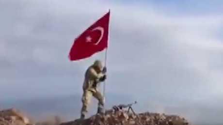 لحظة رفع العلم التركي