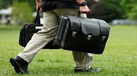 مساعد للرئيس الأمريكي دونالد ترامب، يحمل حقيبة تحتوي على رموز إطلاق الترسانة النووية الأمريكية (صورة أرشيفية)