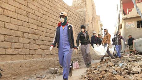 الدفاع المدني ينقل جثث القتلى في الموصل