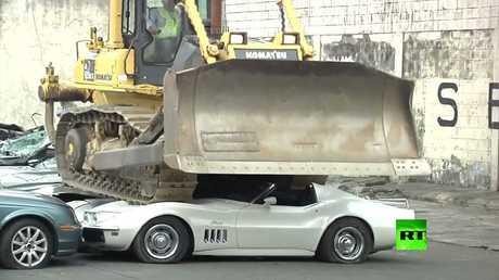 دوتيرتي يحضر في تدمير سيارات فخمة في الفلبين