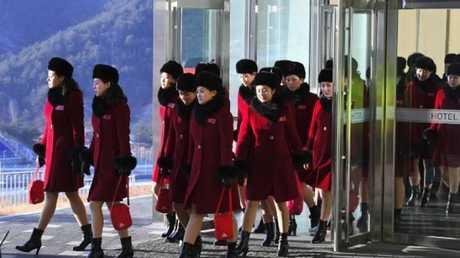 مشجعات من كوريا الشمالية لدى وصولهن إلى كوريا الجنوبية