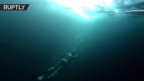 شاهد.. الغوص في بحيرة بايكال المتجمدة