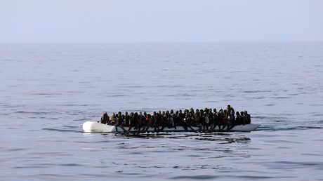 مهاجرون غير شرعيين على متن قارب في البحر المتوسط