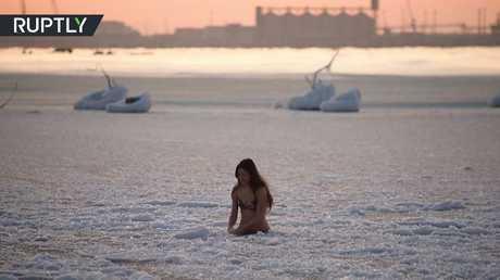فتاة شجاعة تحاول السباحة في مياه بحر قزوين المتجمدة