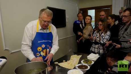 مرشح الرئاسة الروسية جيرينوفسكي يظهر مهاراته في طبخ