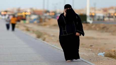 مرأة سعودية ترتدي العباءة