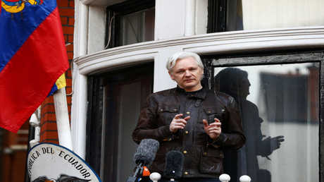 مؤسس ويكيليكس جوليان أسانج في سفارة الإكوادور في بريطانيا