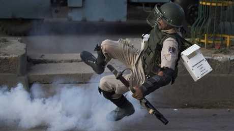 جندي هندي أثناء ملاحقة المسلحين