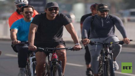 أمير قطر يتجول في شوارع الدوحة بدراجة هوائية