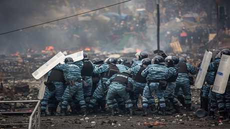 عناصر من الأمن الأوكراني أثناء اشتباكات مع المجتجين في كييف في الـ19 فبراير 2014