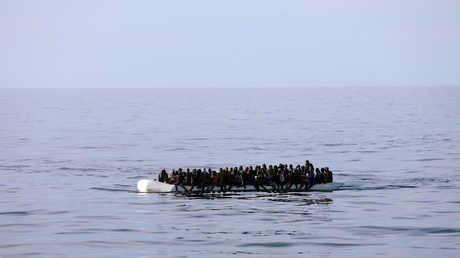 مهاجرون من على متن قارب بالقرب من السواطئ الليبية