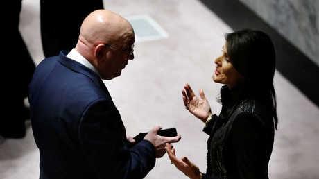 مندوب روسيا الدائم لدى الأمم المتحدة، فاسيلي نبينزيا، ونظيرته الأمريكية، نيكي هايلي