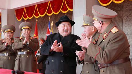 زعيم كوريا الشمالية، كيم جونغ أون، وسط أفراد قيادة الجيش الكوري الشمالي في عرض عسكري بالعاصمة بيونغ يانغ.