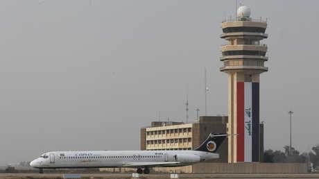 طائرة مدنية في مطار بغداد