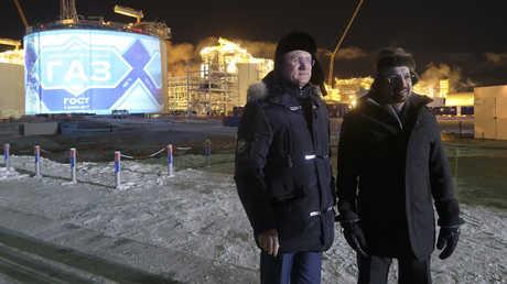"""وزيرا الطاقة الروسي ألكسندر نوفاك والسعودي خالد الفالح في جولة بمشروع """"يامال"""" في مدينة سابيتا الروسية"""