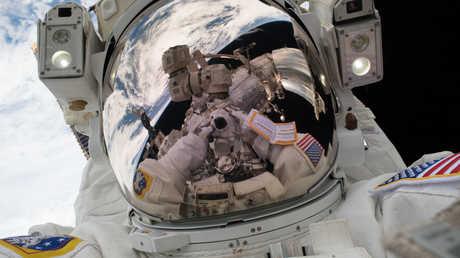 رائد فضاء أمريكي خارج المحطة الفضائية الدولية