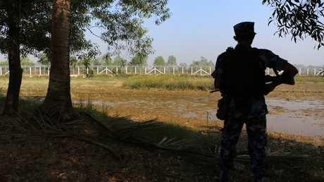 عسكري من ميانمار على الحدود مع بنغلادش