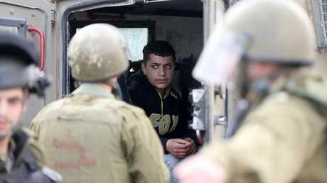 أفراد من الأمن الإسرائيلي يلقون القبض على شاب فلسطيني - أرشيف