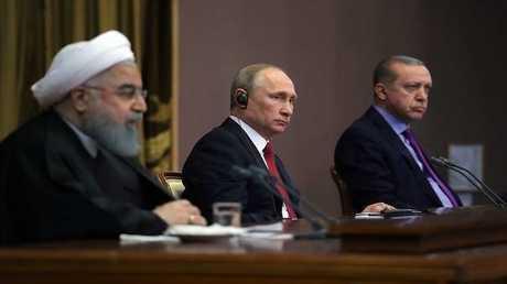 الرئيس الروسي فلاديمير بوتين مع نظيريه التركي رجب طيب أردوغان، والإيراني (صورة أرشيفية)