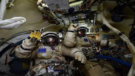 رواد الفضاء في الفضاء المكشوف
