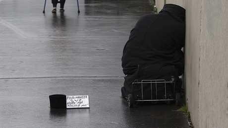 مشرد بأحد شوارع فرنسا - أرشيف -