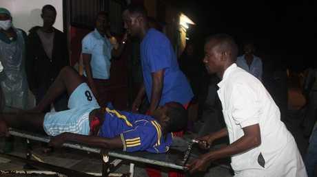 إجلاء الجرحى من مكان الهجوم في مقديشو