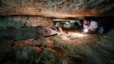 العثور على مقبرة قديمة في تونة الجبل