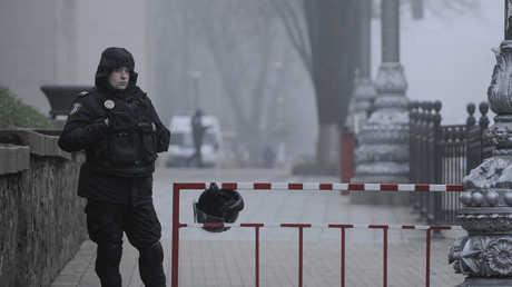 حارس عند مبنى البرلمان الأوكراني