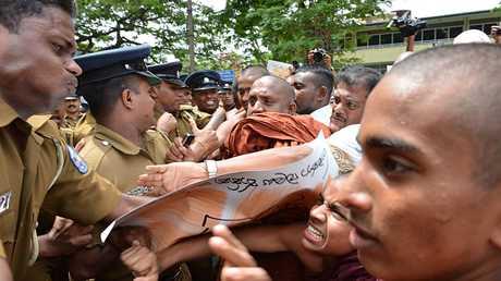 بوذيون والشرطة في سريلانكا
