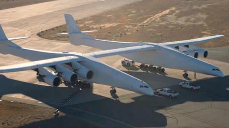 أول اختبار لأكبر طائرة النقل في العالم Stratolaunch