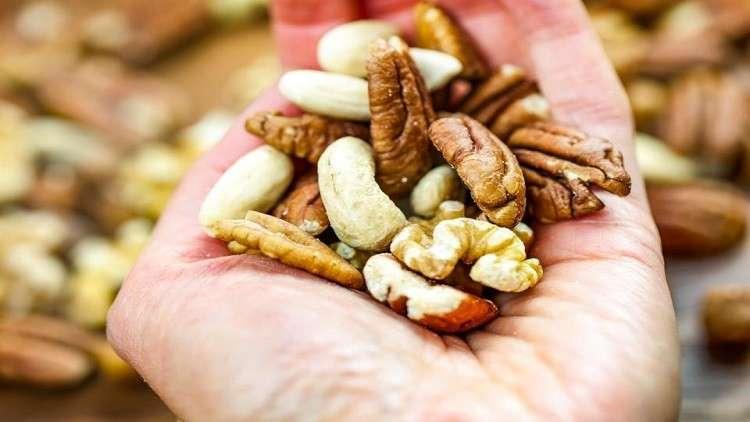 المكسرات تزيد فرص الحياة لدى مرضى سرطان القولون