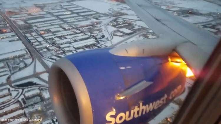 راكب بوينغ 737-700 يصور تفجيرات متكررة في محرك الطائرة