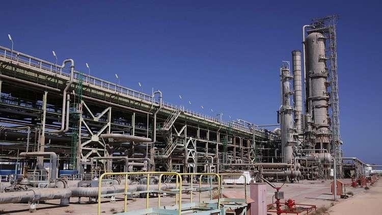 مواطن يغلق حقل الشرارة النفطي في ليبيا