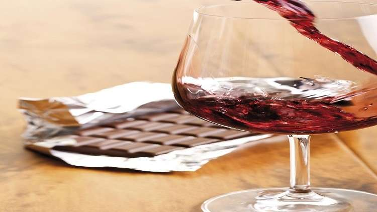 اكتشاف فائدة غير متوقعة للنبيذ الأحمر والشوكولاته