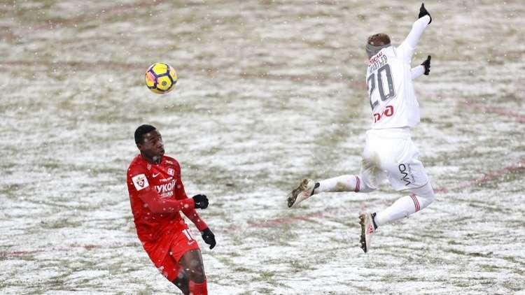 بالفيديو.. لاعب ينقذ مرماه من هدف ببراعة!
