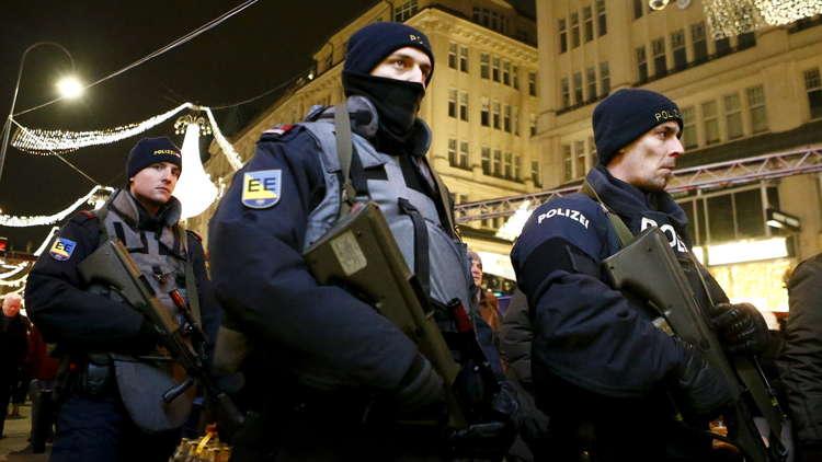 القبض على رجل يشبته به بالقيام بهجوم بسكين في فيينا