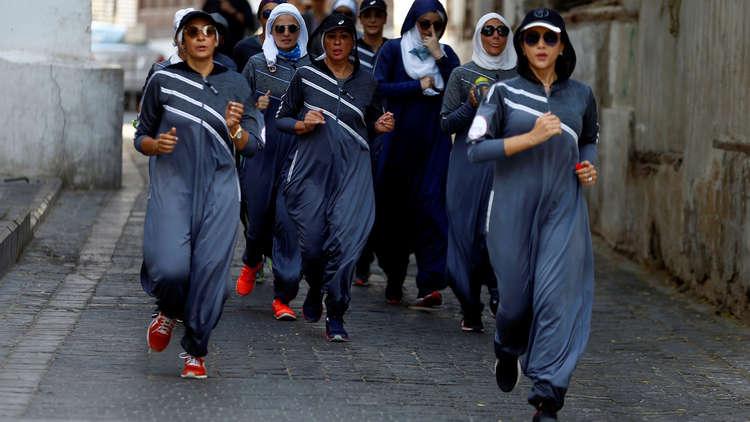 بالصور.. سعوديات بالعباءات الرياضية يمارسن الركض في شوارع جدة