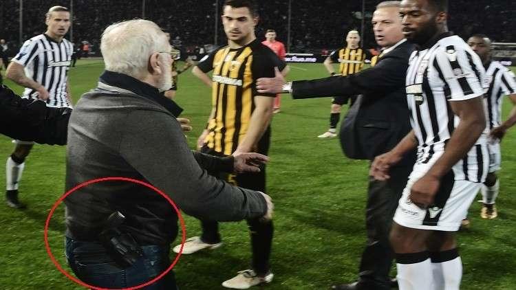 رئيس ناد يقتحم الملعب بمسدس مهددا الحكم بعد إلغاء هدف (فيديو)