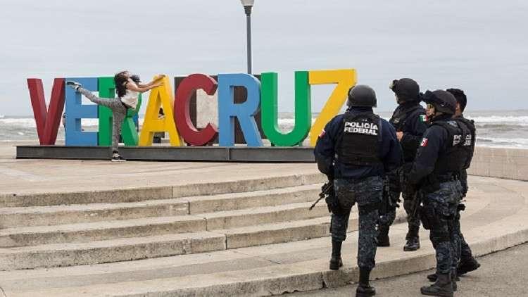 رجال شرطة بالمكسيك في ورطة بسبب صور مع حسناوات!