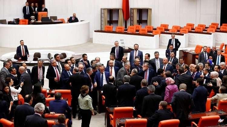 عراك حامي الوطيس في البرلمان التركي
