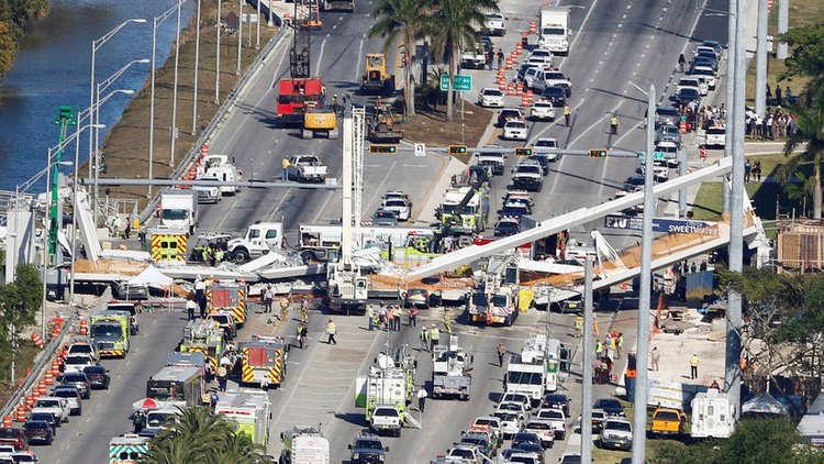 لحظة انهيار جسر فلوريدا على السيارات