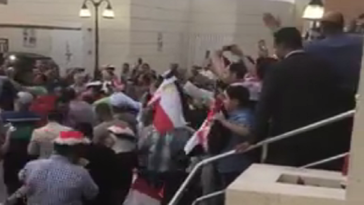 شاهد بالفيديو.. مصريون في الدوحة يهتفون