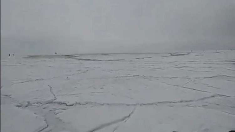 ظاهرة مرعبة.. تسونامي يحطم جليد بحيرة بايكال ويلاحق الصيادين